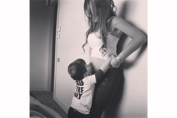 lionel-messi-reveals-partners-pregnancy-with-bare-bump-pic_88313