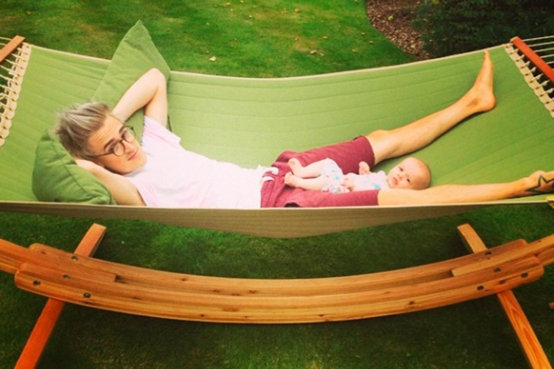 mcflys-tom-fletcher-and-baby-buzz-chill-in-the-sun-pics_58621