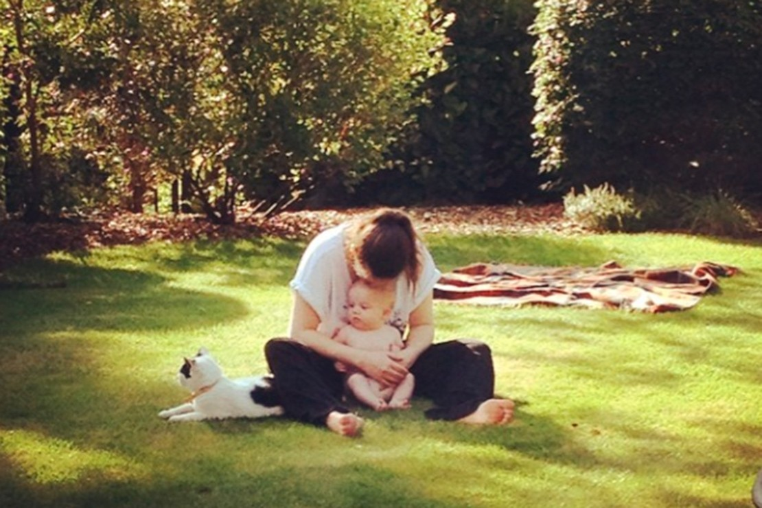 mcflys-tom-fletcher-and-baby-buzz-chill-in-the-sun-pics_58624