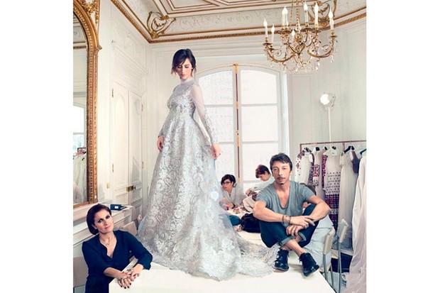 mrs-benedict-cumberbatchs-maternity-wedding-dress-first-pic_86108