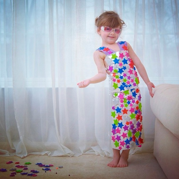 mum-and-4-year-old-daughter-make-amazing-dresses-from-paper_52207