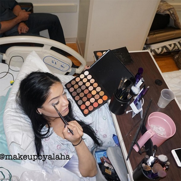 mum-puts-on-full-face-of-makeup-while-in-labour_146986