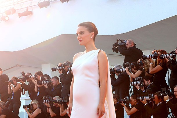 natalie-portman-walks-the-red-carpet-at-venice-film-festival-with-a-baby-bump_162106