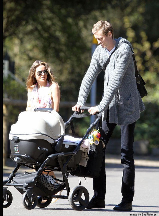 peter-crouch-needs-long-arms-as-he-wheels-his-new-baby-out_20600