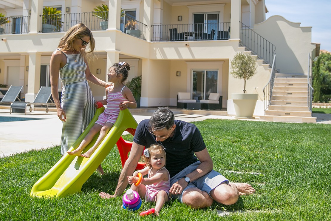 rachel-stevens-tries-not-to-pack-the-kitchen-sink-when-holidaying-with-her-girls_131371