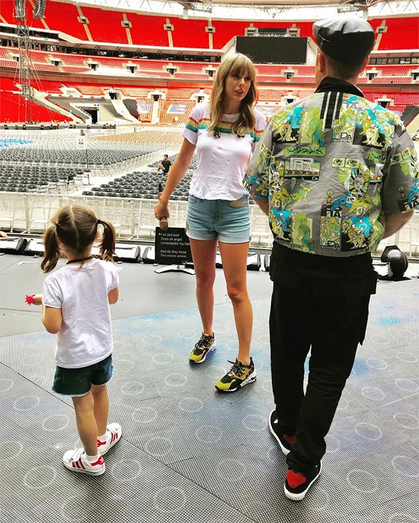 teddy with taylor swift and robbie williams