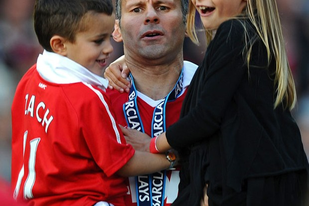 ryan-giggs-children-join-wayne-rooneys-son-on-man-utd-pitch-to-celebrate-title-win_21676