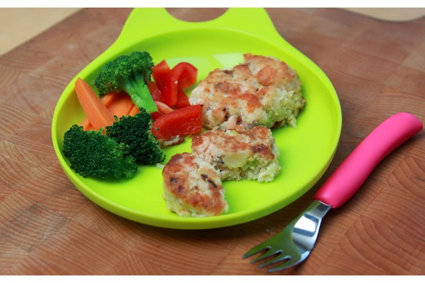 salmon-fishcakes-with-steamed-broccoli_48598