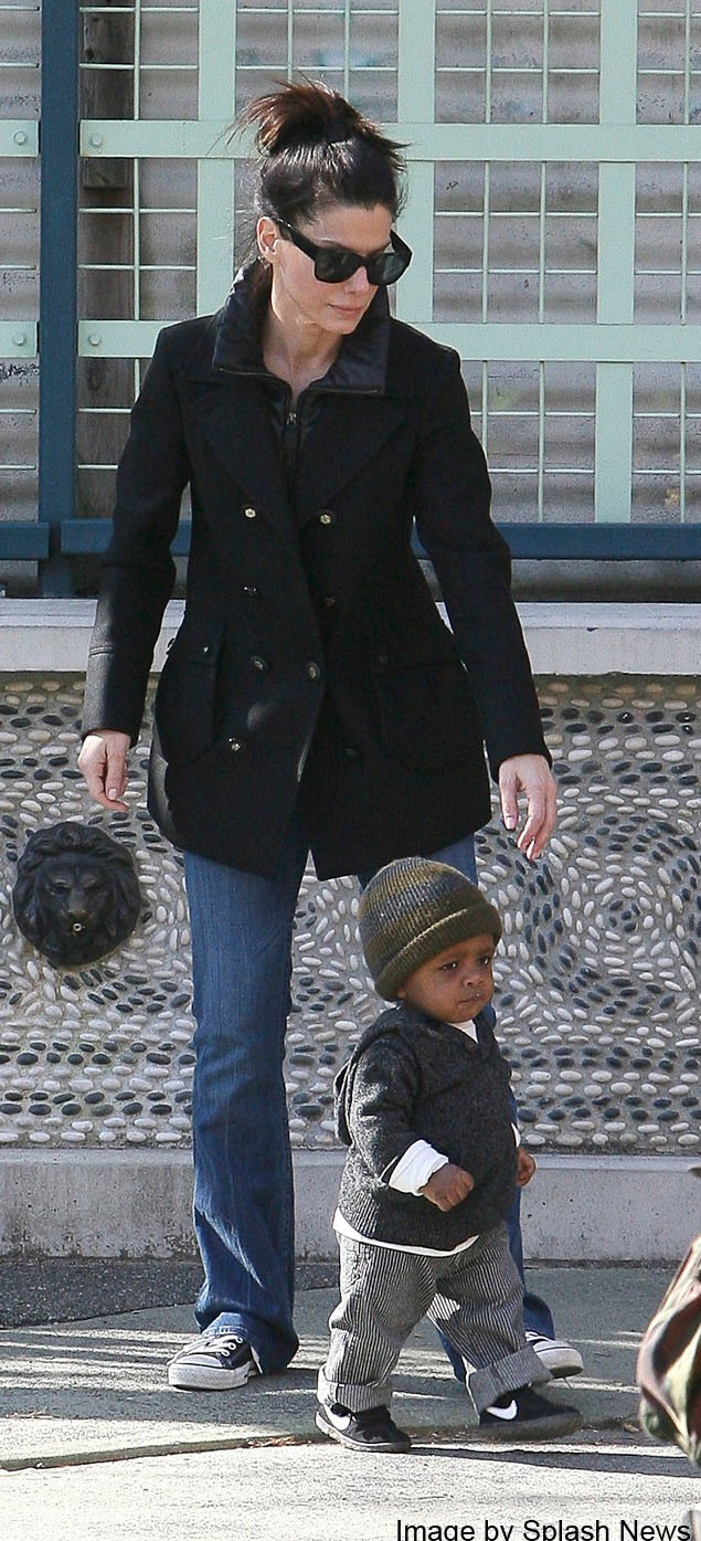 sandra-bullock-takes-time-out-with-adopted-son-louis-_19985