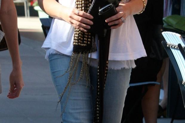 sarah-michelle-gellar-in-skinny-jeans-weeks-after-giving-birth_7777