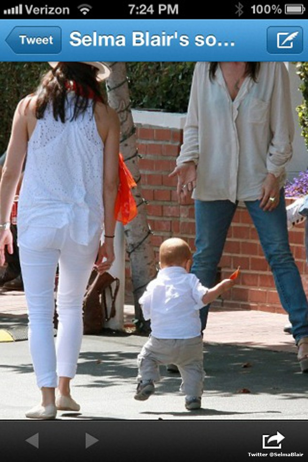 selma-blair-and-holly-willoughby-celebrate-their-babys-first-steps_38380