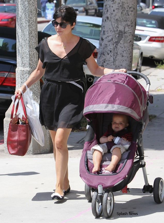 selma-blair-spotted-out-with-another-hot-buggy_38120