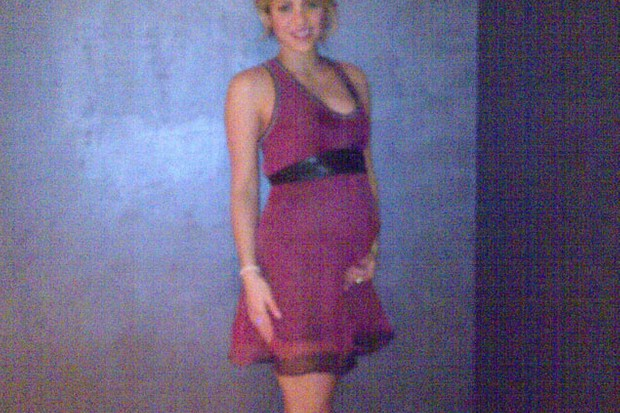 shakira-shows-off-pregnancy-baby-bump_41305