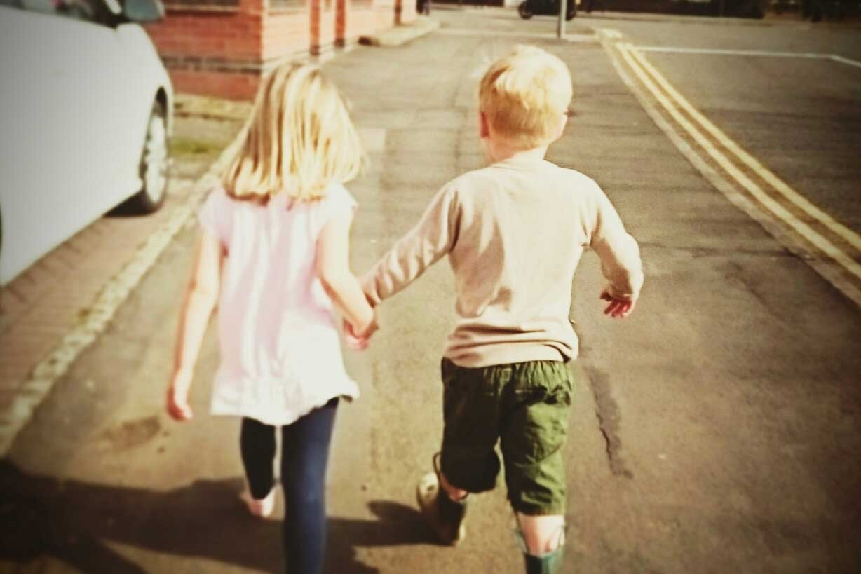 small-age-gap-between-siblings-the-pros-and-cons_kids