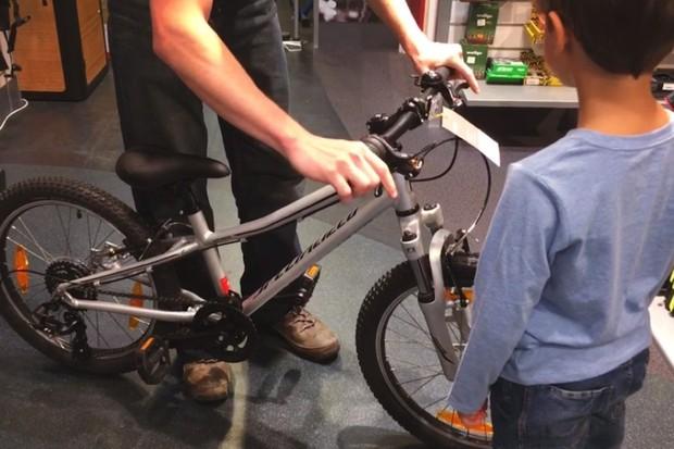specialized-hotrock-20-bike_hadjusting