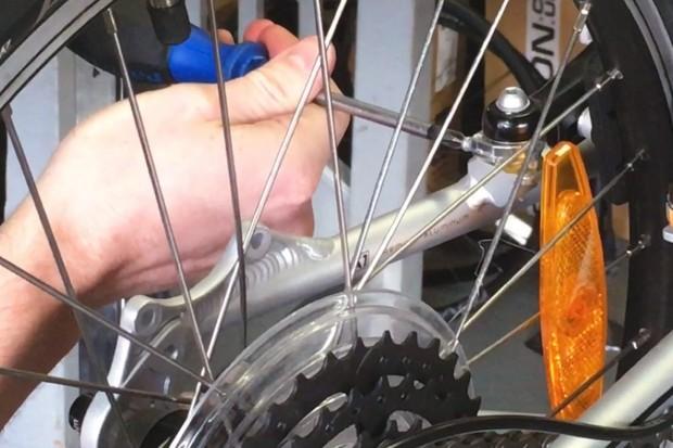 specialized-hotrock-20-bike_iwheeladjusting