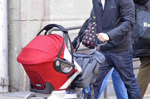 spotted-hot-dad-brian-austin-green-out-and-about-with-baby-son_46265