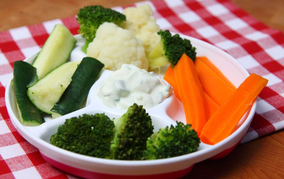 steamed-vegetables-with-cucumber-dip_48637