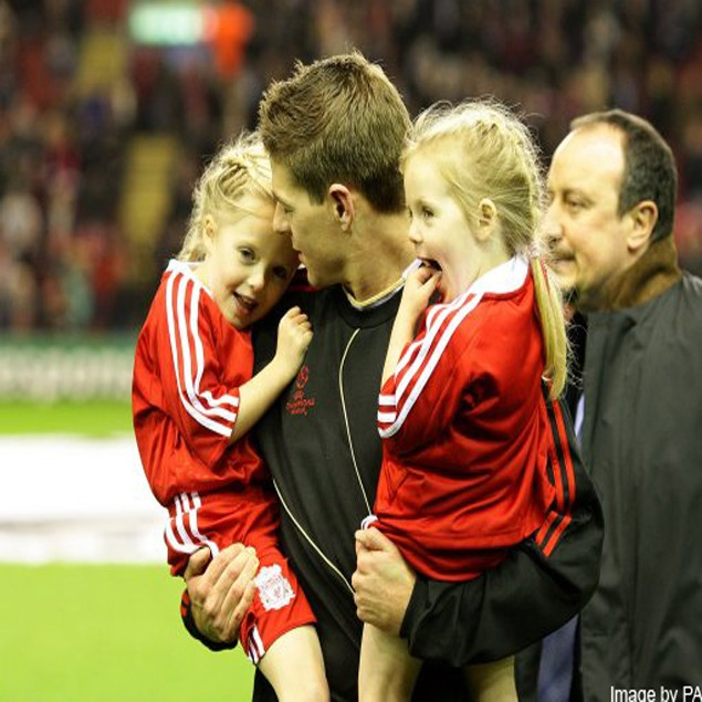 steven-gerrard-shows-off-daughters-on-football-pitch_9814