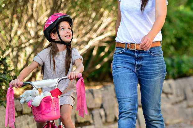 suri-cruise-learns-to-ride-a-bike_40344