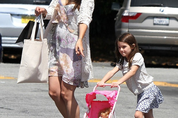 suri-cruise-plays-mum-on-a-shopping-trip-with-katie-holmes_25433