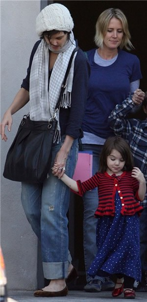suri-cruise-steals-limelight-from-dad-tom-on-knight-and-day-set_14466