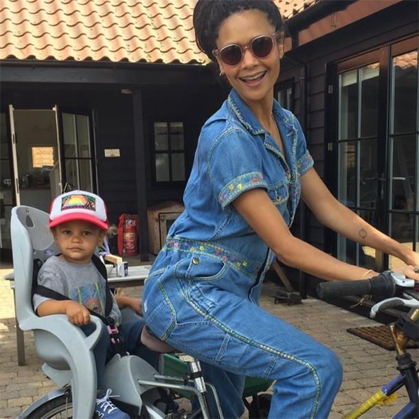 thandie-newton-shares-breastfeeding-toddler-selfie-at-festival_159205