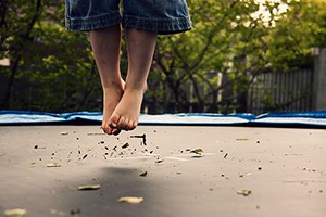 trampoline-safety-warning-toddlers-bouncing_193245