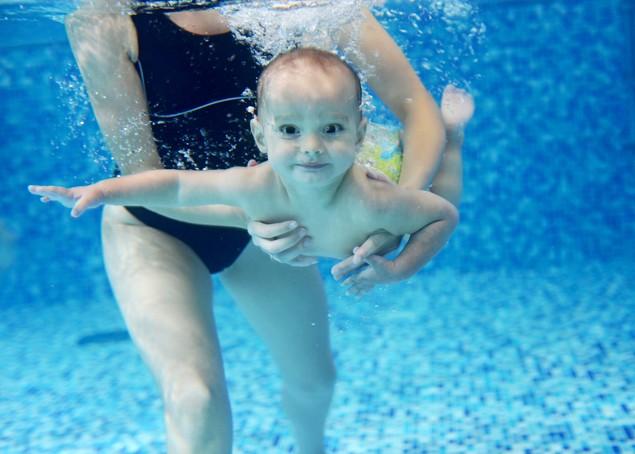 twin-babies-learn-to-swim-25-metres_73381