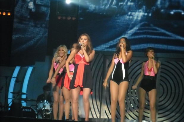 una-on-stage-could-you-do-this-at-six-months-pregnant_32059