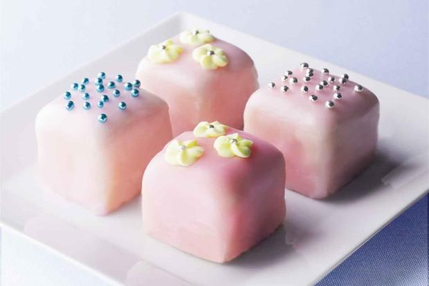 vanilla-cakes-with-fondant-icing_9436