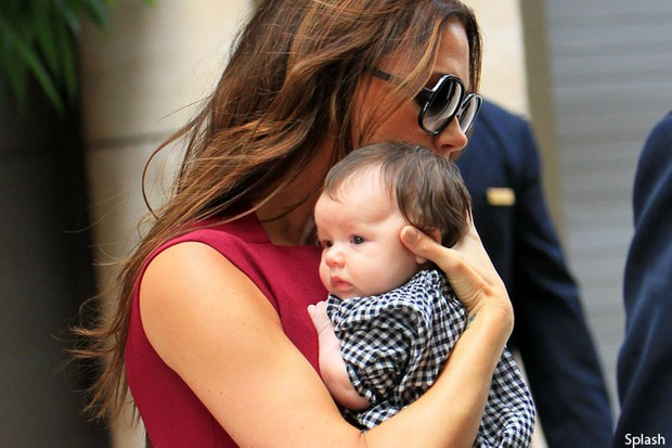 victoria-beckham-and-christina-applegate-obsess-over-their-baby-daughters_27551