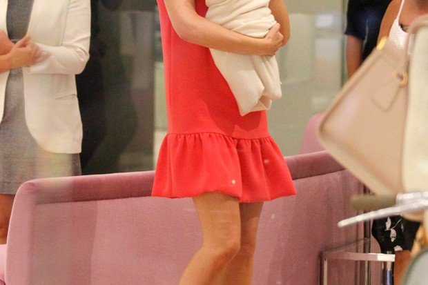 victoria-beckham-totters-in-heels-whilst-carrying-harper-seven_27583