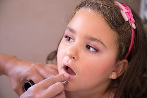 what-age-is-ok-to-start-wearing-make-up_211145
