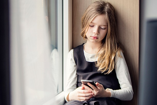 what-age-should-a-child-have-a-phone_211803