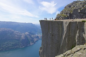 would-you-let-your-baby-crawl-on-the-edge-of-this-cliff_60923