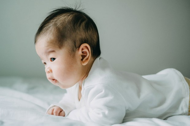 baby lifting head while lying on tummy