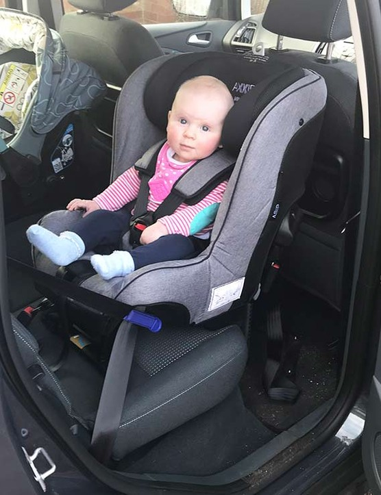 axkid-minikid-in-car