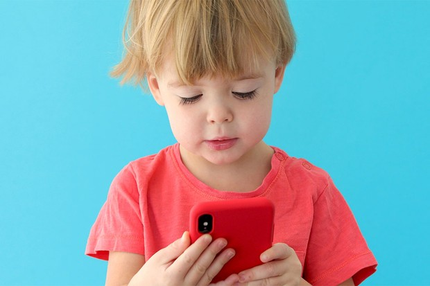 toddler-with-phone