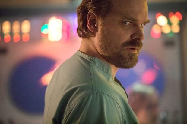 David Harbour in Stranger Things 2 (Netflix, HF)