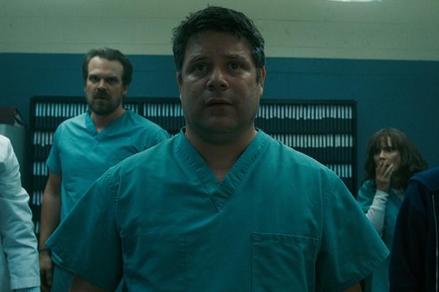 Sean Astin in Stranger Things 2 (Netflix, HF)