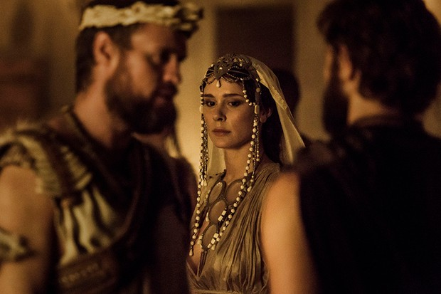 Menelaus (JONAS ARMSTRONG), Helen (BELLA DAYNE), Paris (LOUIS HUNTER) in Troy: Fall of a City (BBC, HF)