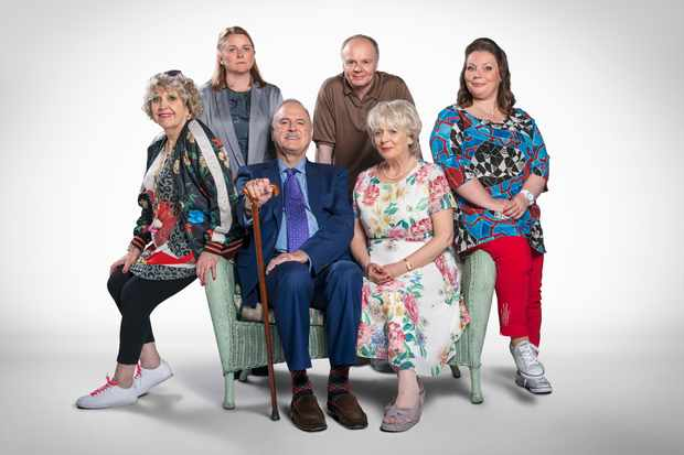 Cast of Hold The Sunset - Mrs Gale (ANNE REID), Wendy (ROSIE CAVALIERO), Phil (JOHN CLEESE), Roger (JASON WATKINS), Edith (ALISON STEADMAN), Sandra (JOANNA SCANLAN) - (BBC, SD)