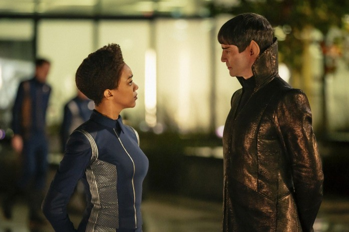 Sonequa Martin-Green as Michael Burnham and James Frain as Sarek in Star Trek: Discovery (Netflix, HF)