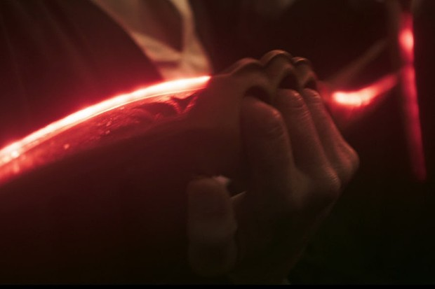 Paul Bettany draws a weapon in Solo: A Star Wars story (Lucasfilm, HF)