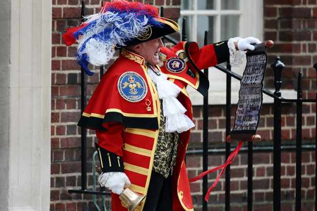 LONDON, ENGLAND - APRIL 23:  A town crier announces that the Duchess of Cambridge has given birth to a baby boy at St Mary's Hospital on April 23, 2018 in London, England. The Duke and Duchess of Cambridge's third child was born this morning at 11:01, weighing 8lbs 7oz.  (Photo by Jack Taylor/Getty Images)  TL, Getty