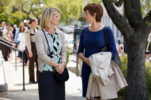 Jackie (Kelli O'Hara) and Olivia (Kate Walsh) in 13 Reasons Why season 2 (Netflix)