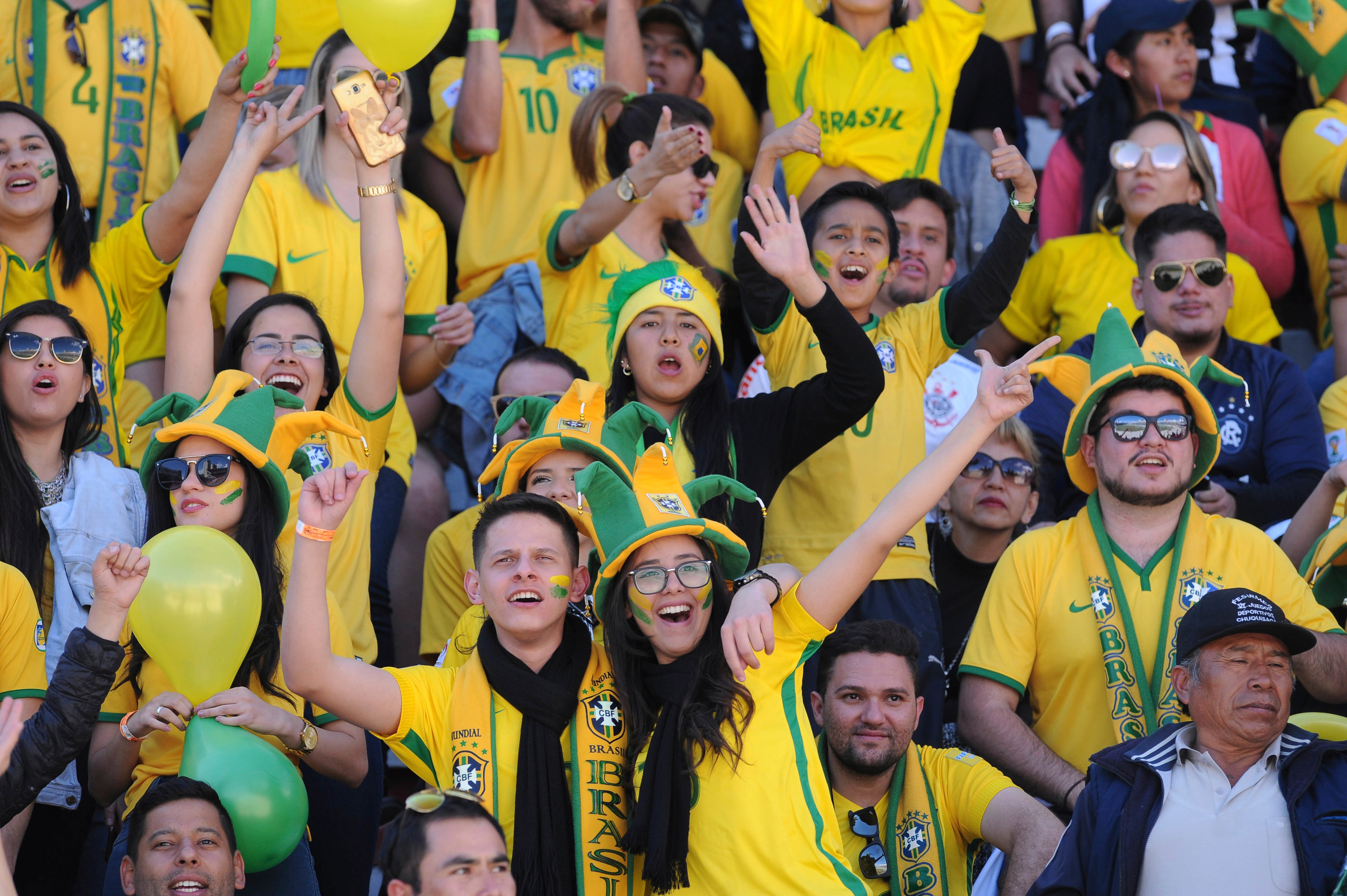 LA PAZ, BOLIVIA - OCTOBER 05: Fans of Brazil cheer for their team during a match between Bolivia and Brazil as part of FIFA 2018 World Cup Qualifiers at Hernando Siles Stadium on October 05, 2017 in La Paz, Bolivia. (Photo by Javier Mamani/Getty Images)