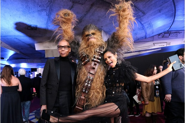 RuPaul with Chewbacca and Thandie Newton on the Solo red carpet