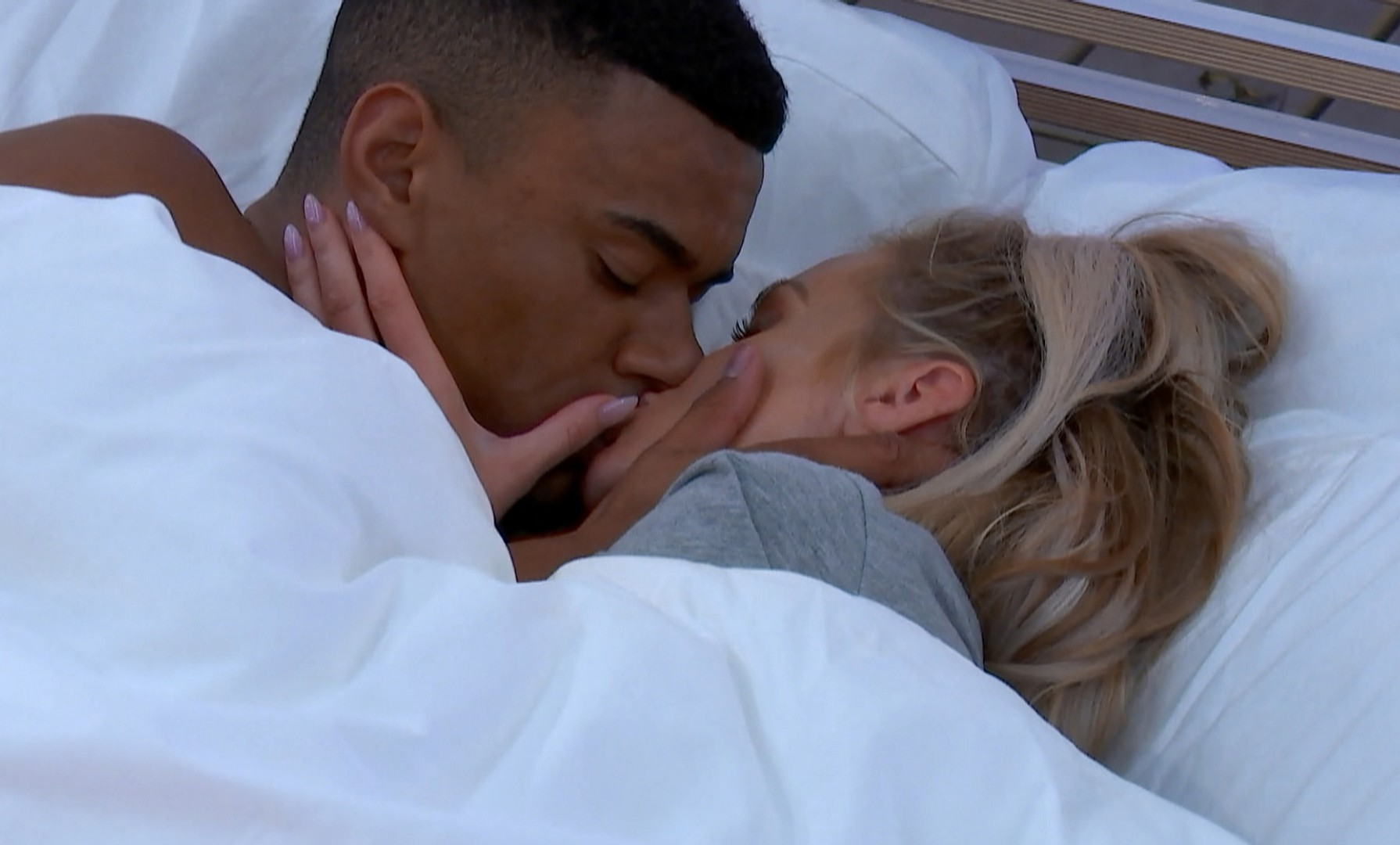 Wes and Laura on Love Island episode 3 2018